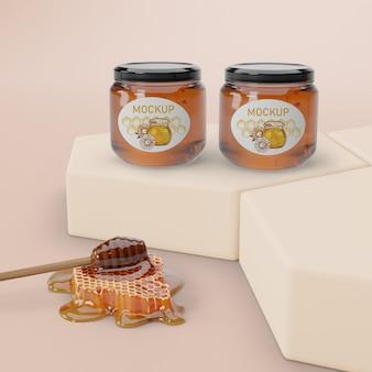 Tarros con miel alineados en la mesa