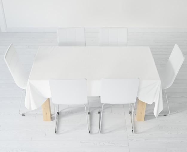 Tavolo con tovaglia e sedie