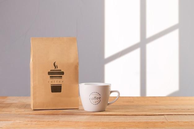 Taza con bolsa de café al lado