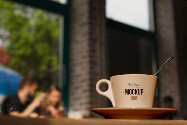 Taza de café de ángulo bajo en placa