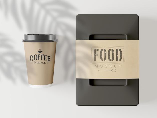 Taza de café para llevar y maqueta de paquete de comida.