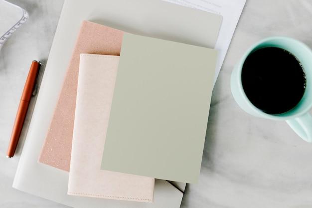 Taza de café de una maqueta de cuaderno