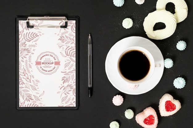 Taza de café y maqueta de portapapeles de dulces
