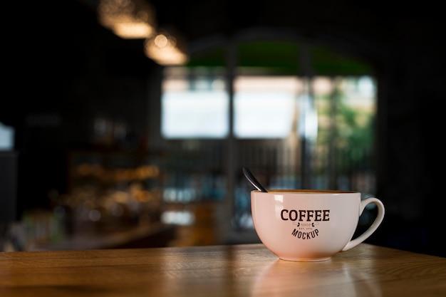 Taza de café en la mesa en la tienda