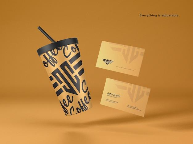 Taza de café de papel flotante con elegante maqueta de tarjeta de visita