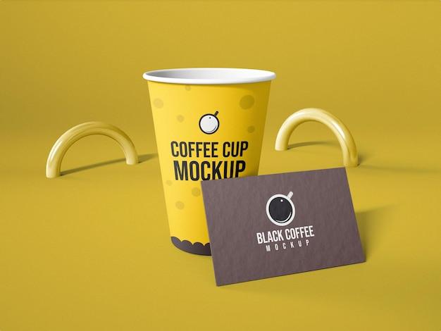 Taza de café de papel con maqueta de logotipo de tarjeta de visita