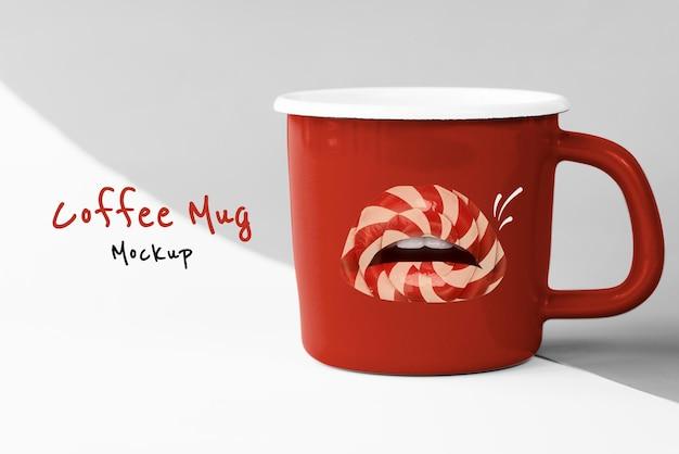 Taza de café roja con lindos labios de piruleta para el día de san valentín