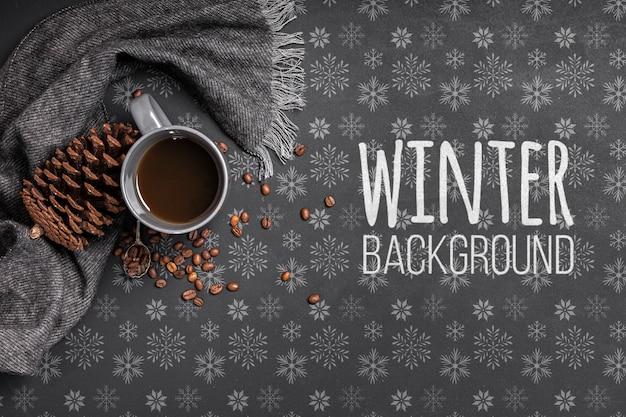 Taza de café sobre fondo de invierno
