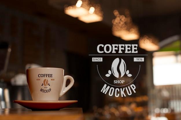 Taza de café en la tienda de ángulo bajo