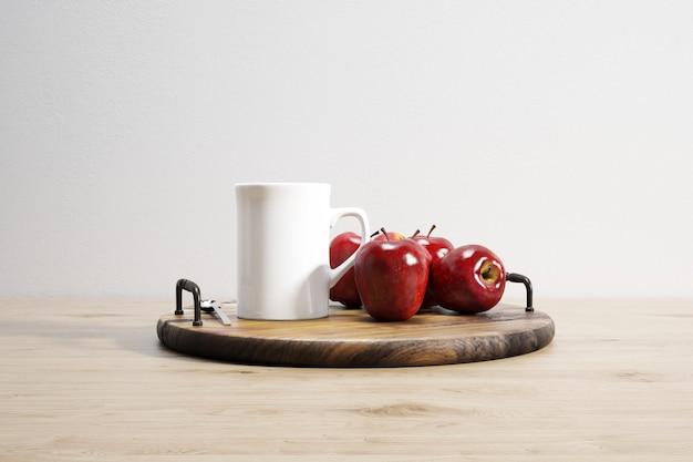 Taza de cerámica y manzanas en bandeja de madera