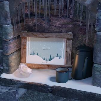 Taza con té al lado del marco de invierno