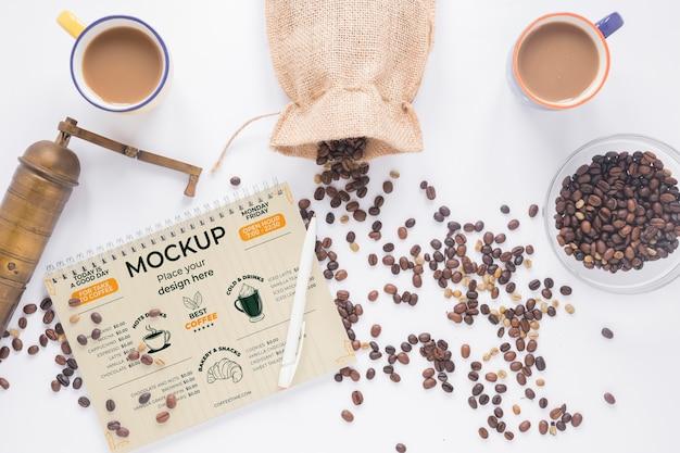Tazas planas llenas de café y molinillo
