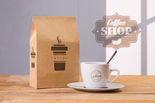 Tazza da caffè con sacchetto di caffè mock-up