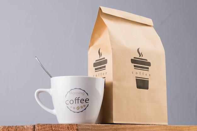 Tazza da mock-up e bustina di caffè
