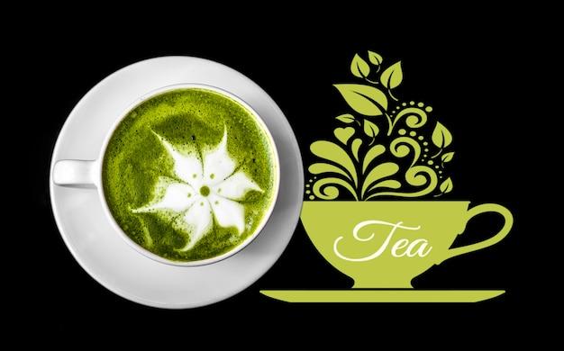 Tazza da tè matcha con latte su sfondo nero