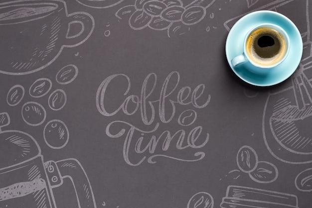 Tazza di caffè blu sopra la carta nera con copia spazio mockup