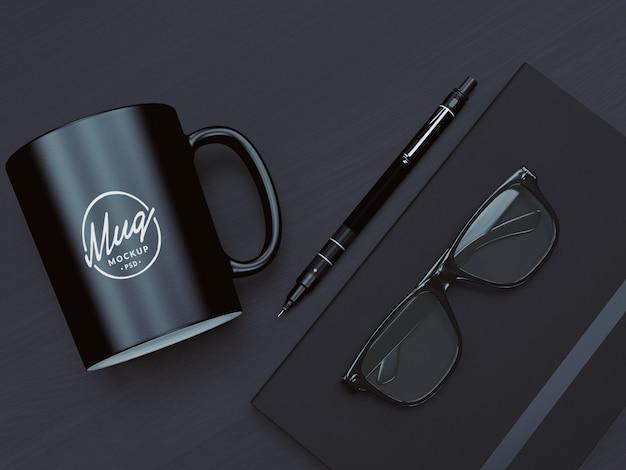 Tazza di caffè mockup con occhiali