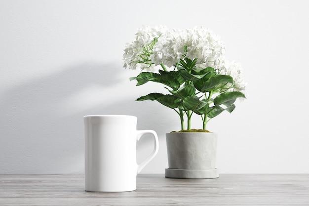 Tazza di ceramica e fiori all'interno del vaso di fiori