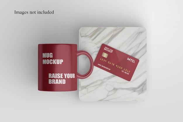 Tazza e mockup di carta di credito