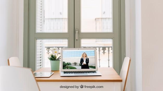 Technologiemodel met laptop voor venster