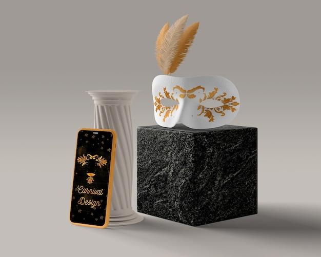 Telefono accanto a decorazioni di carnevale