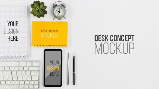 Telefono cellulare e tastiera con vista dall'alto con mock-up