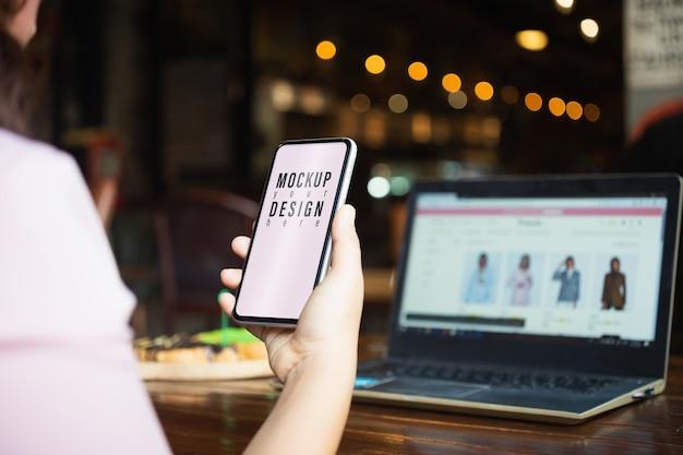 Telefono cellulare in bianco del modello per il concetto di acquisto online dei clohes di modo.