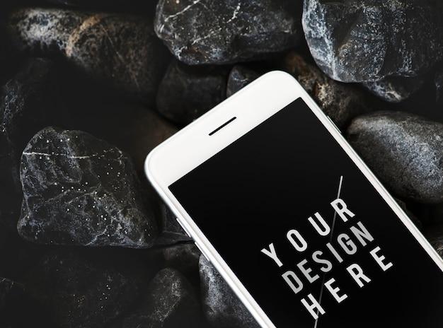 Telefono cellulare su una superficie rocciosa