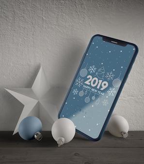 Telefoon met kerstthema en decoraties naast
