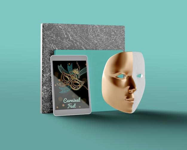 Tema de carnaval en tableta y máscara