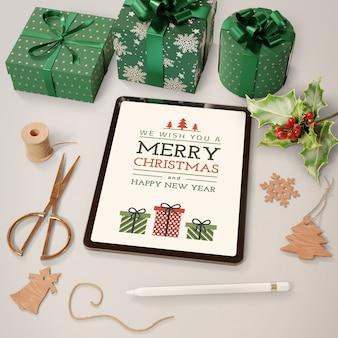 Tema navideño en tableta y regalos