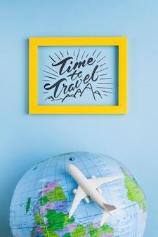 Tempo di viaggiare, lettering con cornice con globo terrestre e aereo
