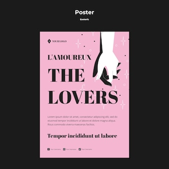Tenendosi per mano il poster degli innamorati