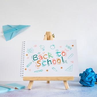 Terug naar school-evenement met houten schildersezel