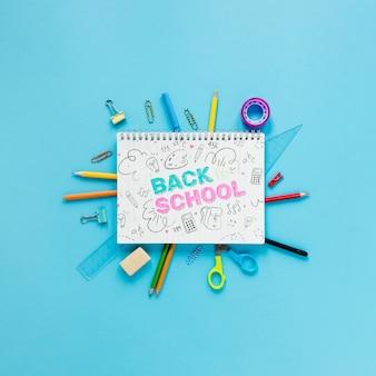 Terug naar schoolbenodigdheden met notitieboekje en tekening