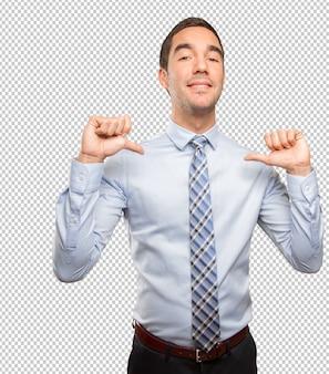 Tevreden zakenman die een overwinningsgebaar doet