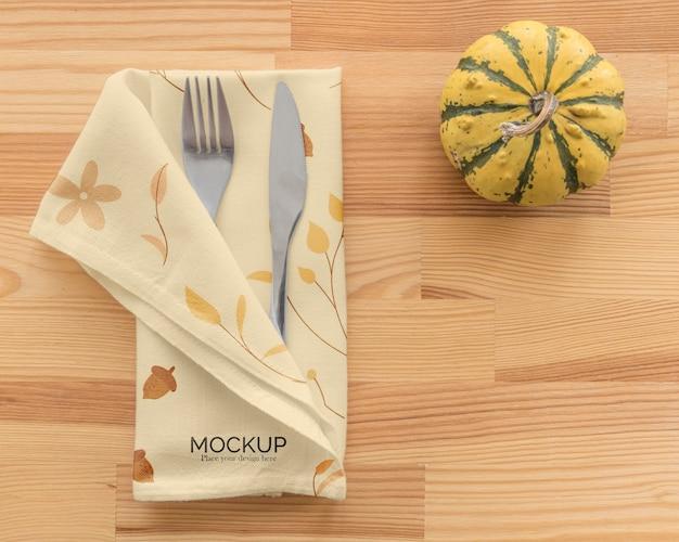 Thanksgiving diner tafel arrangement met bestek in servet en pompoen