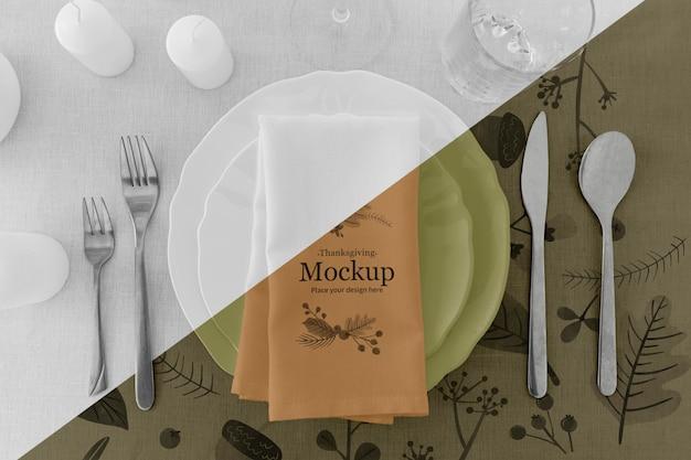 Thanksgiving diner tafel arrangement met borden en bestek