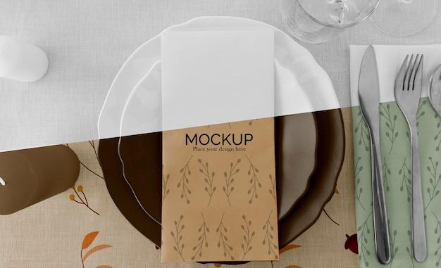 Thanksgiving diner tafel arrangement met borden en glazen
