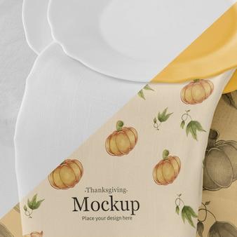 Thanksgiving diner tafel arrangement met borden en servet