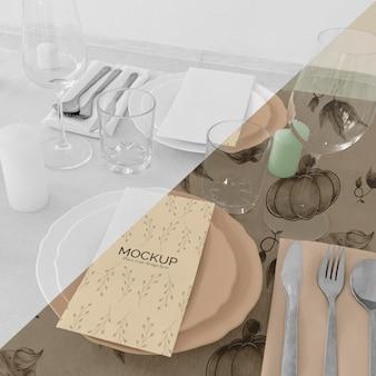 Thanksgiving diner tafel arrangement met glazen en borden