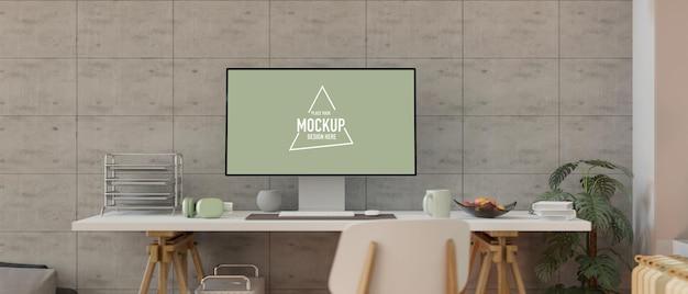 Thuiskantoor met desktopcomputer mockup papier vullade hoofdtelefoon op tafel betonnen muur
