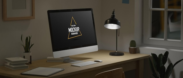 Thuiskantoor om middernacht lege computermonitor bij weinig licht van lamp donkere werkruimte