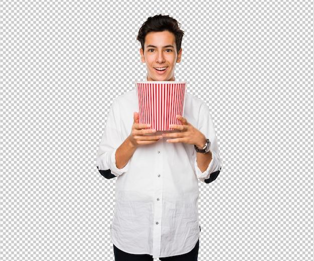 Tiener die een popcornemmer houdt