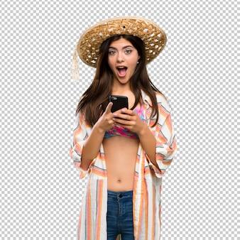 Tienermeisje op verrast de zomervakantie en het verzenden van een bericht