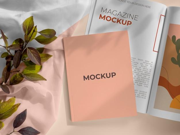 Tijdschrift en bladeren mockup boven weergave