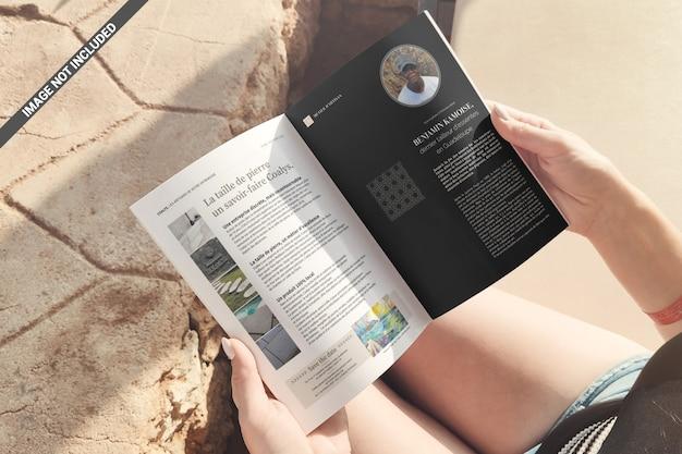 Tijdschrift in de handen van het meisje mockup