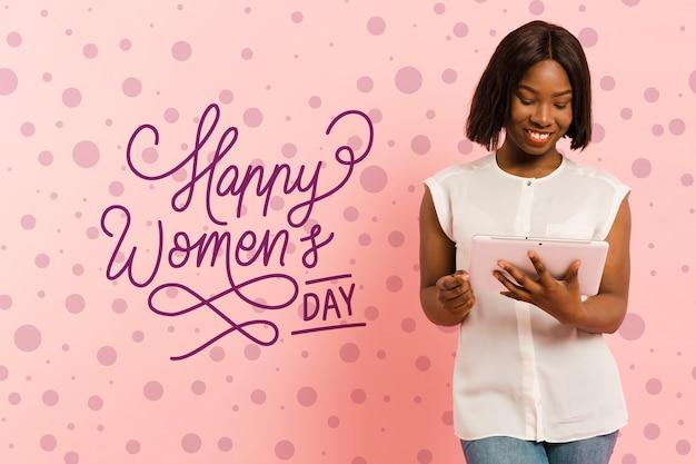 Tiro medio mujer sosteniendo una tableta