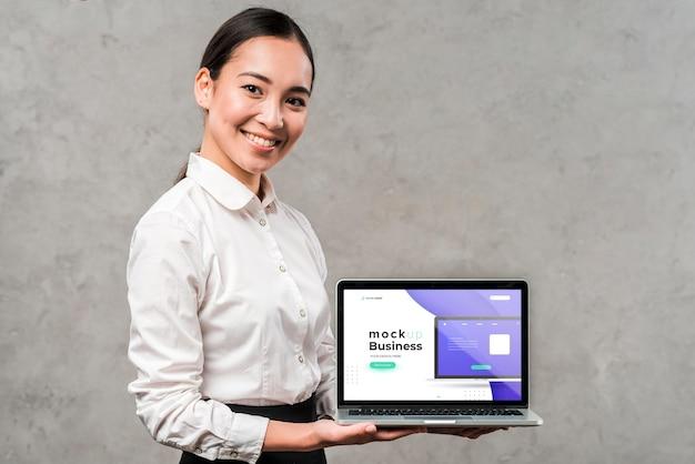 Tiro medio, mujer, tenencia, computadora portátil