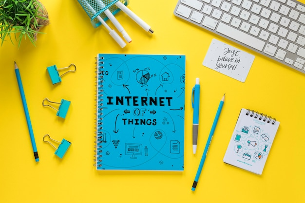 Toetsenbord en notitieboekjemodel op gele achtergrond